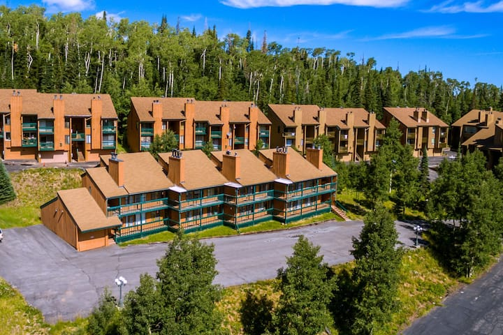 Chalet Village #25, Spacious condo across from Giant Steps Ski Slopes and National Parks