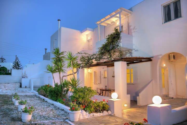 Paros Rita Grd Fl Apartment, Veranda, Garden view - Piso Livadi - Apartment