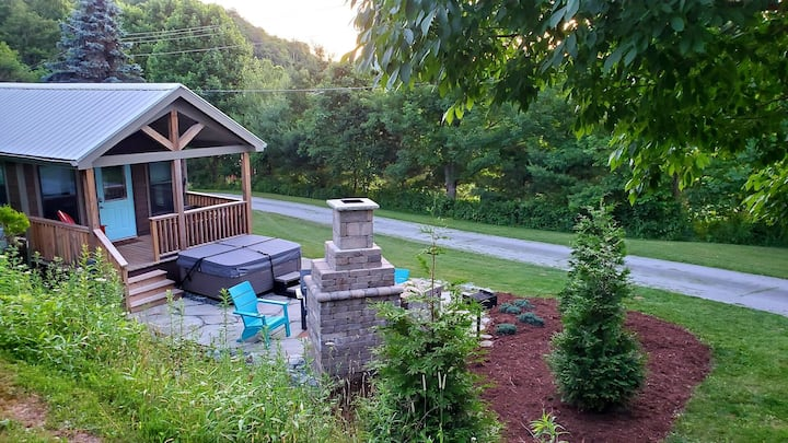 Tiny House Big Adventures! 399 sq. ft house in Boone. Pet friendly & HOT TUB!