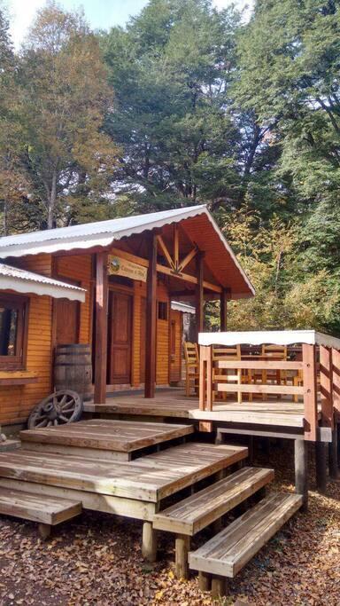 Entrada y terraza al Refugio de Montaña Camino Al Alto.