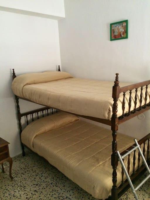 Dormitorio grande 2 cuerpos de literas  Esta de 1,05m cada colchón