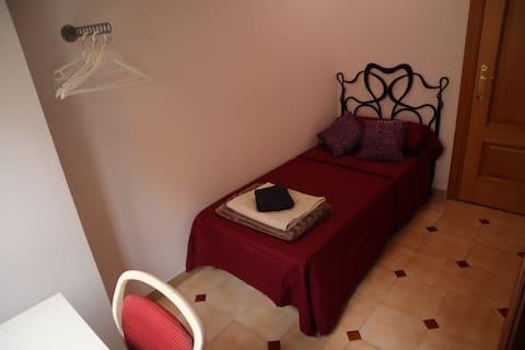Bright room in Alicante City Center. WIFI
