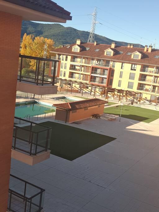 Acogedor apartamento con piscina en jaca apartamentos en for Apartamentos en madrid con piscina