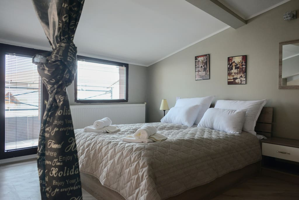 Penthouse apartment - queen bed and two separate beds 35 m2 - enclosed bathroom