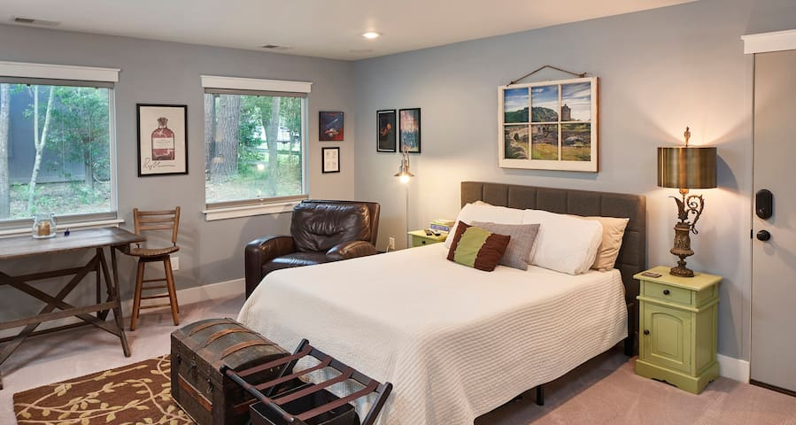 """Cozy and Private, """"New-Century"""" Modern Suite"""