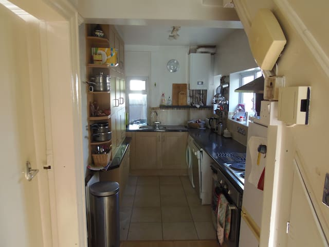 Double room with Kingsized bed in 3 bed semi - Leeds - Hus