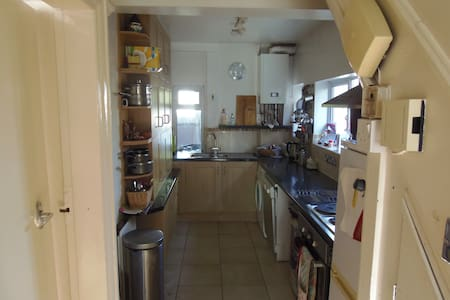 Double room with Kingsized bed in 3 bed semi - Λιντς - Σπίτι