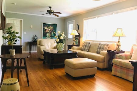 Cozy Cottage Minuets to Downtown Mall &Fort Bragg