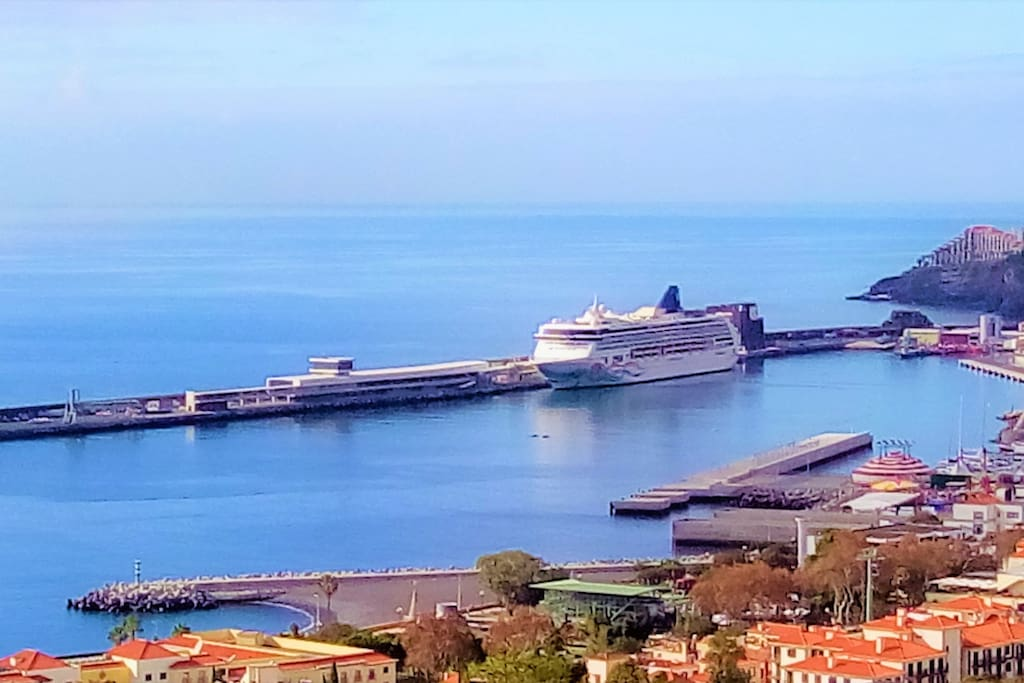 Panoramic view of the bay and Funchal harbor. Opportunity to see cruise ships arriving to the island and to be able to enjoy the beautiful view of the ocean.