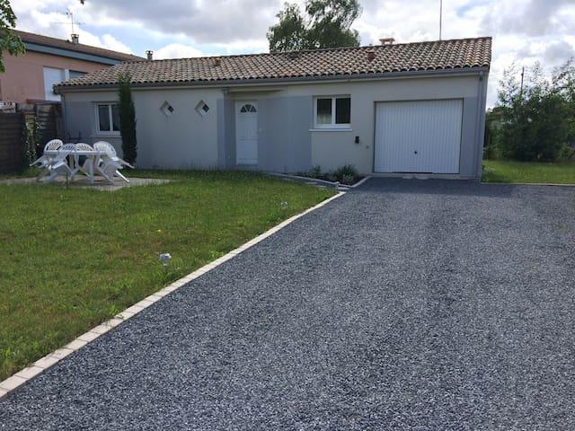 Belle maison de 80 m² de 2012 avec jardin de 500 m² une terrasse et un barbecue à disposition - Morcenx - House