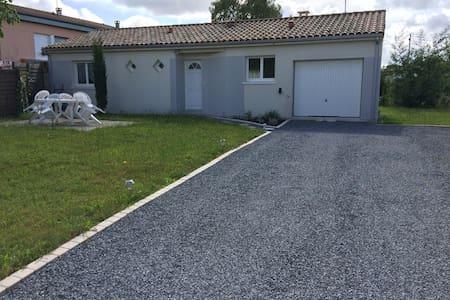 Belle maison de 80 m² de 2012 avec jardin de 500 m² une terrasse et un barbecue à disposition - Morcenx - Haus