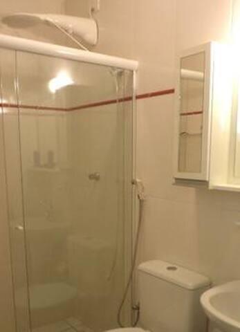 banheiro com box em vidro