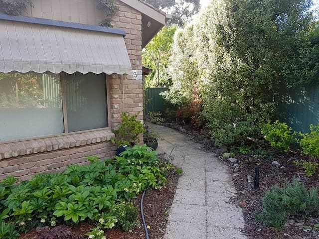Peaceful room close to Tuggeranong - Kambah