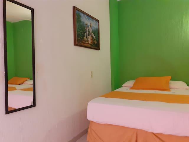 Habitaciones decoradas con un estilo contemporaneo, WI Fi disponible sin cargo adicional.