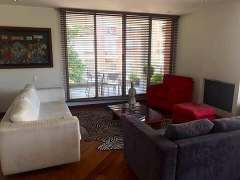 Confortable habitación con balcón en Chico Navarra