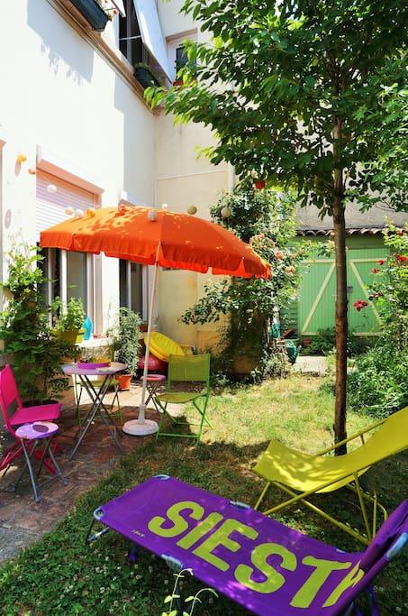 Lors des beaux jours, chaises longues et parasol sont à disposition