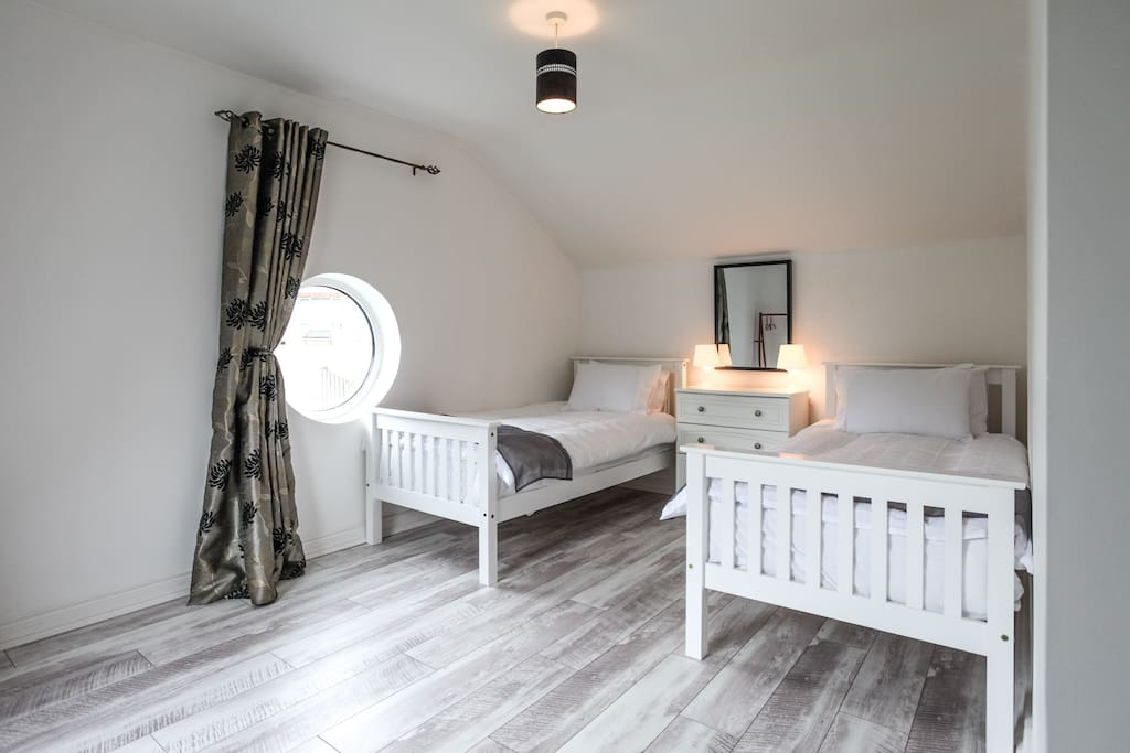 Twin bedroom with hanging space, could take additional bed for child