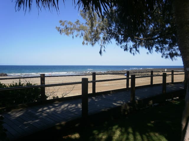 Coastal breezy home, walk to beaches! - Bargara - Casa
