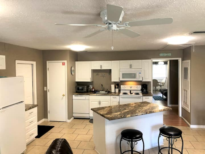 NEW LISTING! 2 Bedroom near Apollo Beach