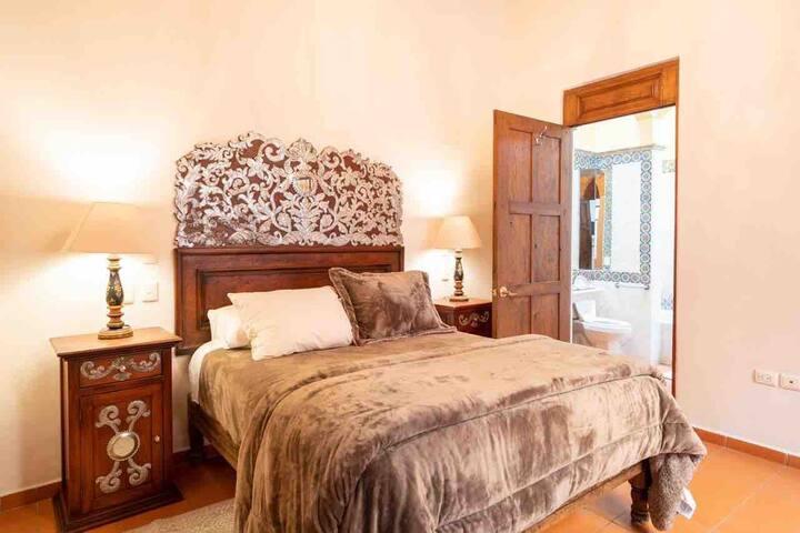1er recámara con cama Queen Size y baño completo / Bethroom with Queen Size bed and bathroom