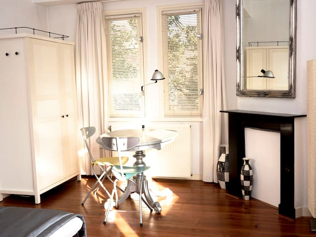 Bright kingsize bedroom+ own bathroom w.bath - Amsterdam