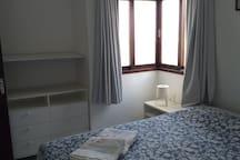 Suite localizada no térreo com uma cama Queen e uma cama de solteiro.
