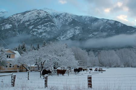 Yellow House Farm & Guesthouse - Bella Coola