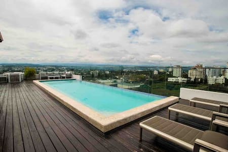 ⭐️⭐️⭐️⭐️⭐️Modern top floor apartment w/ incredible view