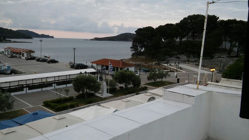 The most central house in Skiathos, right on port! - Skiathos - บ้าน