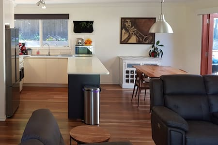 Eltham Woods Cozy & Modern Apt with Breakfast inc.