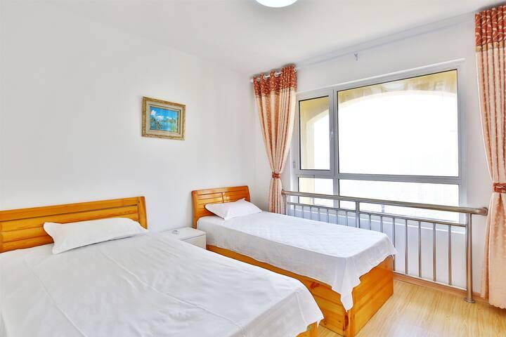 市景卧室,配有两张单人床和空调