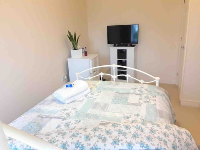 Cosy,Double  Room ,WiFi,fridge/freezer,HDTV skyQ
