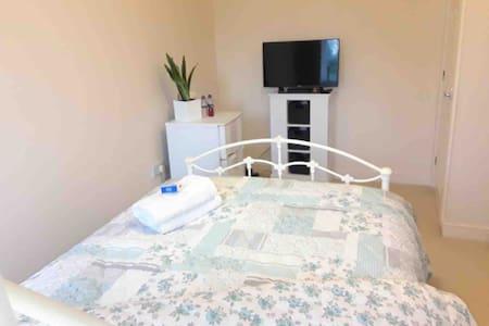 Cosy,Double  Room ,WiFi,fridge/freezer,HDTV skyQ