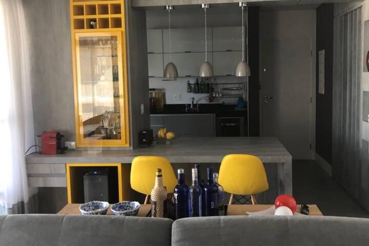 Cozinha americana com móveis de altíssimo padrão, inteiramente equipada