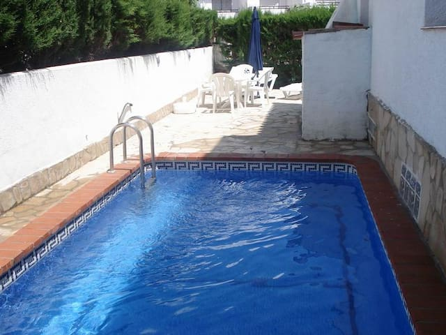 Gran casa cerca de playa, piscina privada, 10 pax
