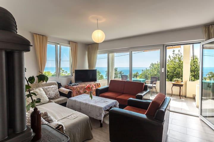 Quiet 2BR Apartment w Balcony & Sea View Above Jaz