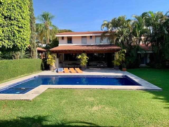 Luxury House, alberca climatizada 10/18 huéspedes.