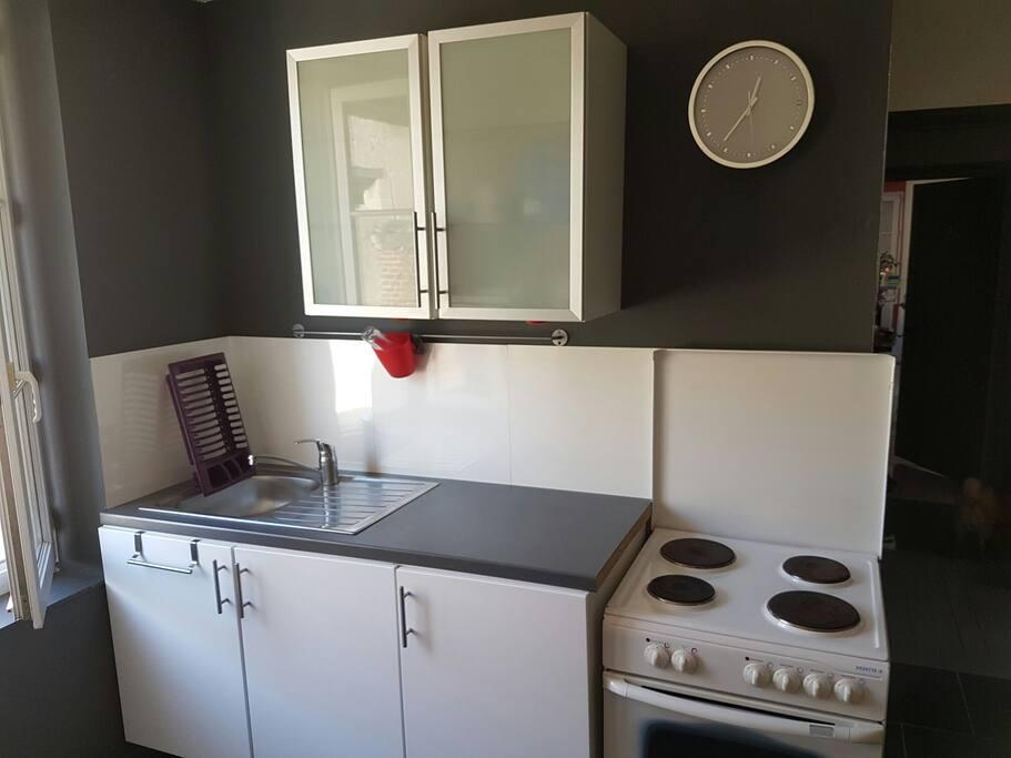 Kitchenette équipée : plaques électriques, réfrigérateur avec congélateur séparé. Vaisselle à disposition