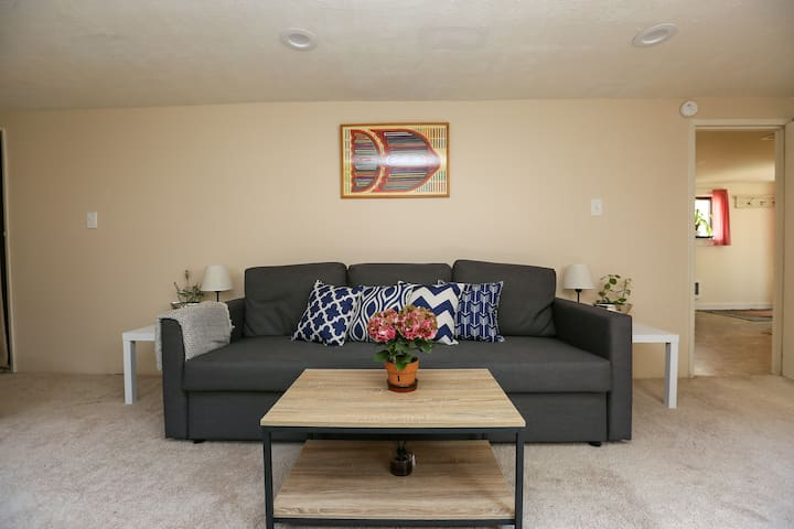 Charming Suite Between Airport and Downtown!