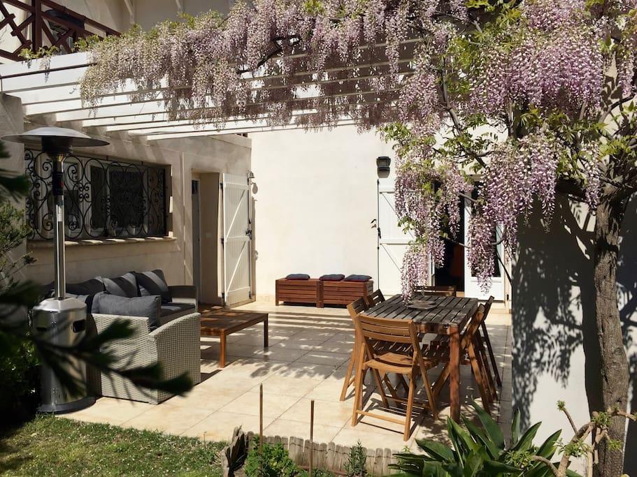 Villa avec terrasse, jardin et piscine