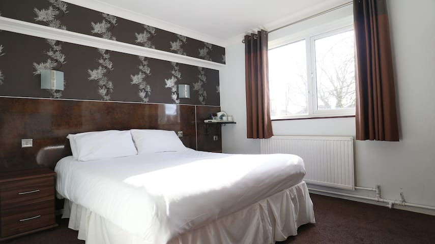 Comfortable Double room, Manchester with parking and Breakfast