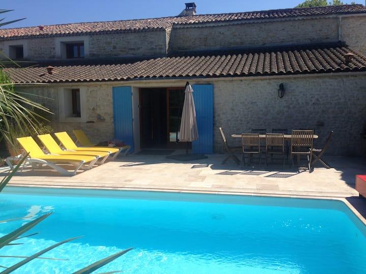 Spacieuse maison en pierre avec piscine et jardin