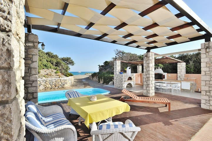 Beachfront Villa with pool - Πλημμύρι
