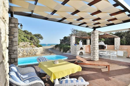 Beachfront Villa with pool - Πλημμύρι - Casa de camp