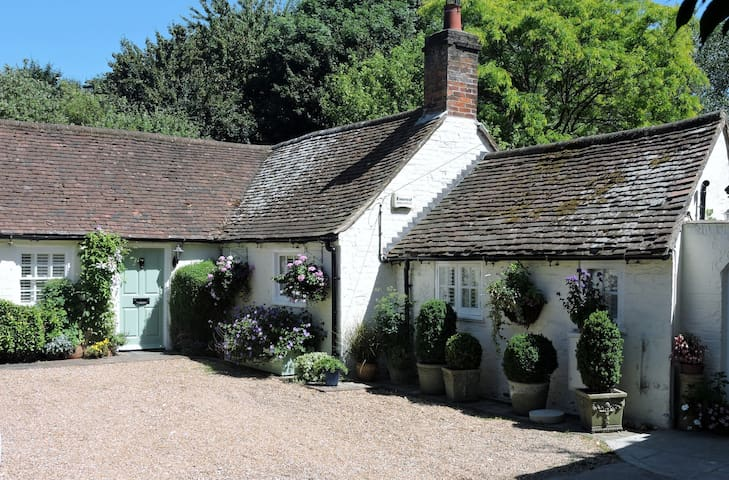 18th Century Cottage near Goodwood and Chichester