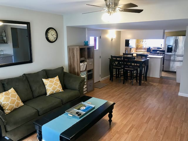 Cozy and Quiet 2BR/1 Bath. Steps to Lake and Park!
