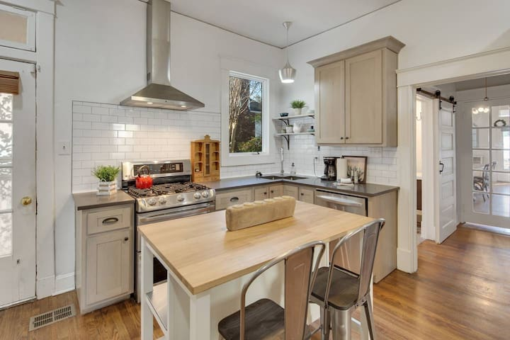 ♥ Of CY + King Beds + 8 min drive DT + Walkable