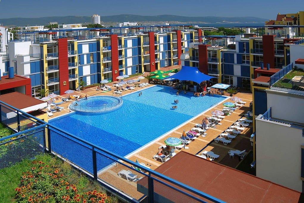 Большой бассейн, детская зона. Бар и ресторан на территории комплекса. Охраняемый корпус, вход только для жителей.