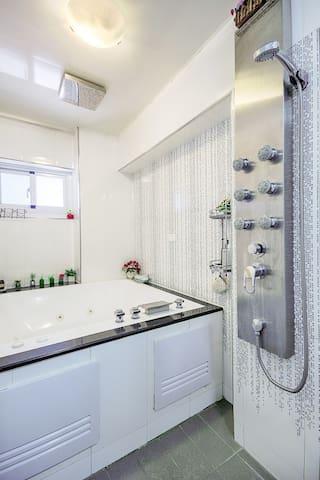 樓上-雙人套房-主臥-專屬衛浴