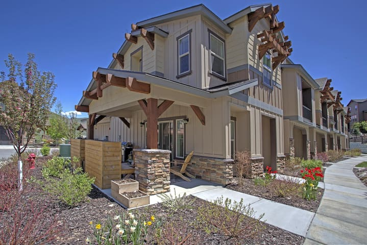 Townhome in Parks Park City 10 minutes from Downtown | Private Garage |
